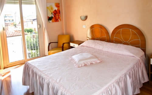 Camera matrimoniale rosa con balcone
