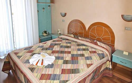 Camera matrimoniale letto in legno