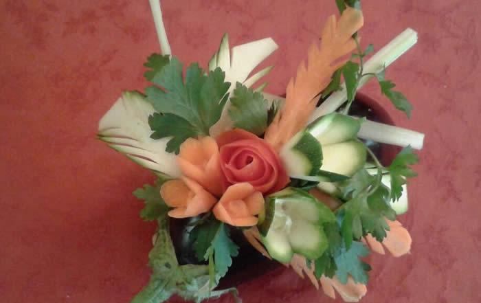 Composizione di fiori con frutta e verdura